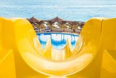 Molhe o parque, corrediça de água amarela superior, close up Fotografia de Stock Royalty Free