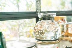 molhe o potenciômetro que ferve para fazer o café ou o chá Imagem de Stock