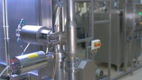 Molhe o sistema do filtrartion em uma planta da purificação de água video estoque
