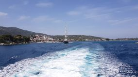 Molhe o traço formado dos motores do ferryboat que saem da ilha vídeos de arquivo