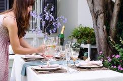 Molhe para a tabela em um partido de jardim exterior fotografia de stock royalty free
