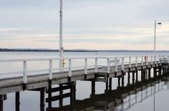 Molhe que vigia um oceano quieto Foto de Stock