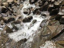 Molhe a queda nas rochas Imagens de Stock