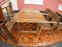 Molhe a tabela e cadeiras de madeira após a chuva imagens de stock royalty free