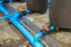 Molhe a tubulação do PVC com a válvula de bola do tanque de água imagens de stock royalty free