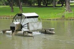 Molhe a turbina que flutua no lago do parque Fotografia de Stock