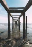 Molhe velho pelo mar imagens de stock royalty free