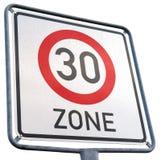 Molhe a zona alemão 30 que adverte e sinal de estrada isolado Imagem de Stock