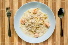 Molho branco dos espaguetes com camarão e carne de porco triturada foto de stock