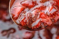 Molho caseiro da morango em uma colher Imagens de Stock Royalty Free