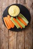 Molho cremoso do mergulho do queijo com aipo fresco e close-up das cenouras Imagens de Stock Royalty Free