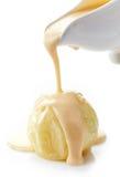 Molho da baunilha que derrama na maçã cozida Foto de Stock Royalty Free