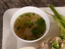 Molho da janela da sopa do arroz quente da galinha de Hainanese do copo no caril quente Fotos de Stock Royalty Free