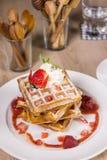 Molho da morango do waffle Foto de Stock Royalty Free