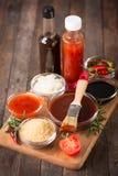 Molho de assado com os ingredientes na tabela imagens de stock