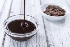 Molho de chocolate escuro fotos de stock royalty free