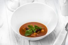 Molho de mergulho do tomate com vegetais em uma bacia foto de stock royalty free