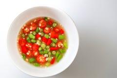 Molho de peixes e pimentões verdes e vermelhos tailandeses no copo branco Imagens de Stock Royalty Free