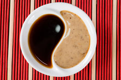 Molho de soja na placa Yin Yang Imagens de Stock