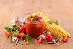 Molho de tomate e espaguetes fotografia de stock
