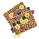 Molho do caramelo que flui sobre um waffle com bagas Imagem de Stock Royalty Free
