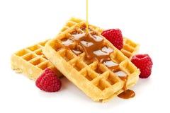 Molho do caramelo que flui sobre waffles Imagens de Stock Royalty Free