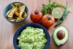 Molho do Guacamole com ingredientes imagens de stock