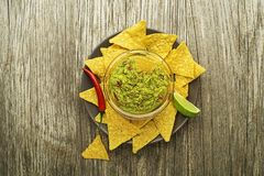 Molho do Guacamole com nachos imagem de stock