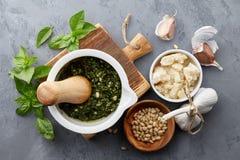 Molho do pesto da manjericão e ingredientes principais Imagens de Stock
