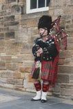Molho escocês do homem do gaiteiro no kilt tradicional escocês da tartã que joga um tocador de gaita de foles na milha real em Ed Foto de Stock Royalty Free