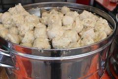 Molho indonésio tradicional do amendoim do fast food dos petiscos das bolinhas de massa Imagens de Stock