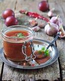 Molho para a carne grelhada das ameixas orgânicas com coentro, alho e pimenta da Jamaica Fotos de Stock