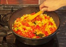 Molho para os espaguetes durante o cozimento do close-up disparado foto de stock royalty free