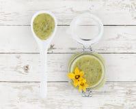 Molho verde do abobrinha no frasco com opinião superior das flores e de alimento de colher Foto de Stock Royalty Free