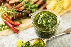 Molho verde do chimichurri com bife grelhado foto de stock