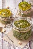 Molho verde do pesto Molho italiano clássico fotografia de stock royalty free