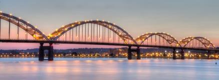 连接Moline,伊利诺伊的百年桥梁向达文波特,衣阿华 图库摄影