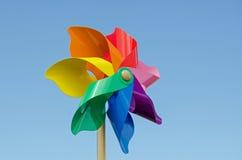 Molinillo de viento colorido contra el cielo azul Foto de archivo