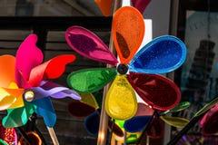 Molinillos de viento coloridos en venta en la visión fotografía de archivo