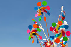 Molinillos de viento coloridos que hacen girar con el fondo del cielo azul en la plaza mexicana Imagen de archivo libre de regalías