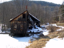 Molino abandonado viejo de la madera de construcción en las baterías del río del leverett Imagen de archivo libre de regalías
