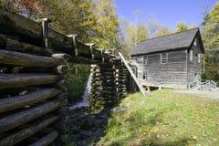 Molino ahumado del grano para moler de la montaña en caída Foto de archivo
