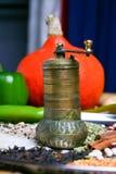 Molino antiguo de la especia del oro con la calabaza amarilla y muchas habas, arroz y legumbres Fotos de archivo