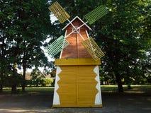 Molino artificial en parque de atracciones de la ciudad Imágenes de archivo libres de regalías
