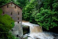 Molino con la cascada Imagen de archivo libre de regalías