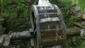 Molino de agua antiguo en la acción almacen de video