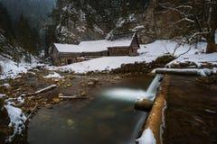 Molino de agua de madera viejo en invierno Foto de archivo libre de regalías
