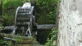 Molino de agua de madera viejo metrajes