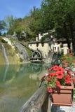 Molino de agua viejo en pueblo italiano Imagen de archivo libre de regalías