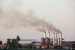 Molino de azúcar de la contaminación de la niebla con humo Imagen de archivo